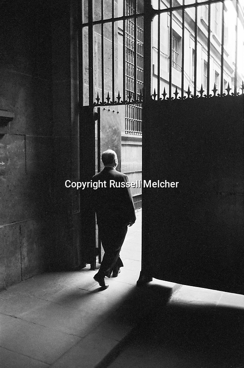 Alfred Hitchcock leaving the Conciergerie, &quot;a free man&quot;!<br /> <br /> Alfred Hitchcock quittant la Conciergerie , &quot; un homme libre &quot; !