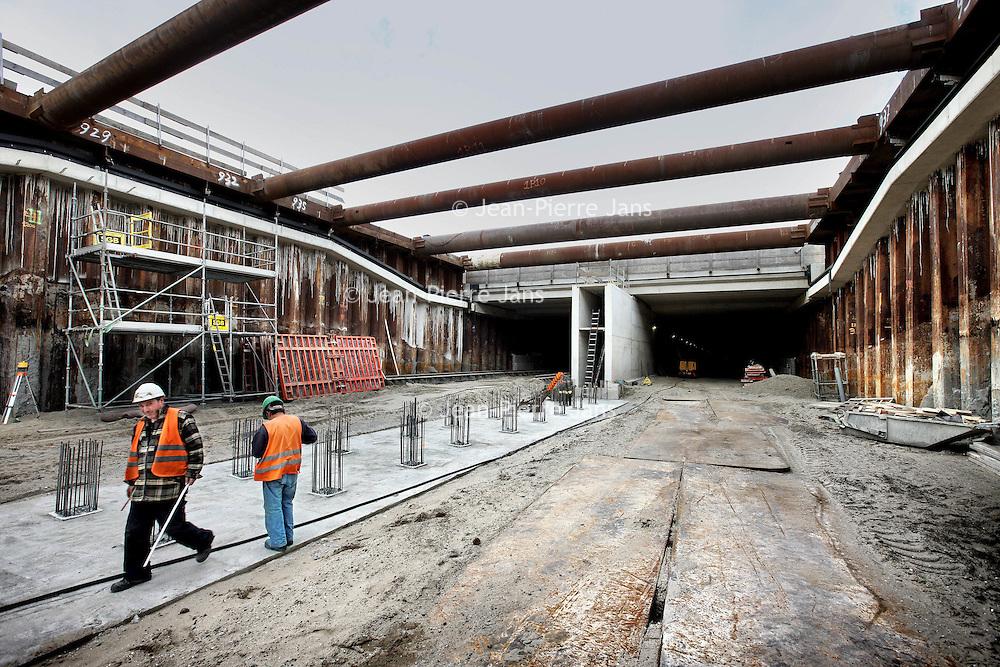 Nederland, Haarlemmermeer , 15 september 2010..HAARLEMMERMEER-.Er is een naam gekozen voor de tunnel onder de Ringvaart: Waterwolftunnel. Dat heeft de provincie Noord-Holland donderdag bekendgemaakt..De tunnel maakt deel uit van de omlegging Aalsmeer-Uithoorn, een van de deelprojecten van de N201. Het totale project betreft de vernieuwing van de weg tussen Hoofddorp en Amstelhoek. ?Het gaat nog wel even duren voordat de auto's door de tunnel kunnen rijden. De verwachting is dat de tunnel eind 2011 in gebruik genomen wordt..The new tunnel under the circular canal of the Haarlemmermeer (WaterwolfTunnel).