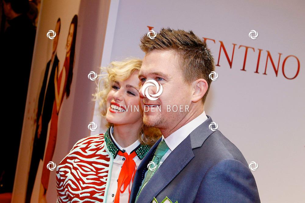 AMSTERDAM - In Tuschinski is de Nederlandse film Valention in premiere gegaan. Diversen bekende Nederlanders kwamen over de rode loper. Met hier op de foto  Josje Huisman, hier met neusring, en haar partner Johnny de Mol jr. FOTO LEVIN DEN BOER - PERSFOTO.NU