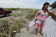 Personas sobrevivviente del fuerte oleaje en la area afectada donde cinco mil doscientos huevos de tortuga fueron destruidos en la Peninsula de San Juan del Gozo, Usultan despues de un fuerte oleaje provocado por el terremoto provocado 120 km mar a dentro. Centenares de tortugeross fueron sorpredidos por el f uerte oleaje. Foto: Franklin Rivera/fmln/imagenes Libres.
