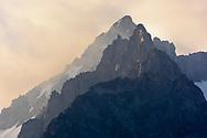 Blick auf die Fusshörner von der Riederalp und dem Aletschwald über dem Aletschgletscher an einem bewölkten Sommertag im Juli