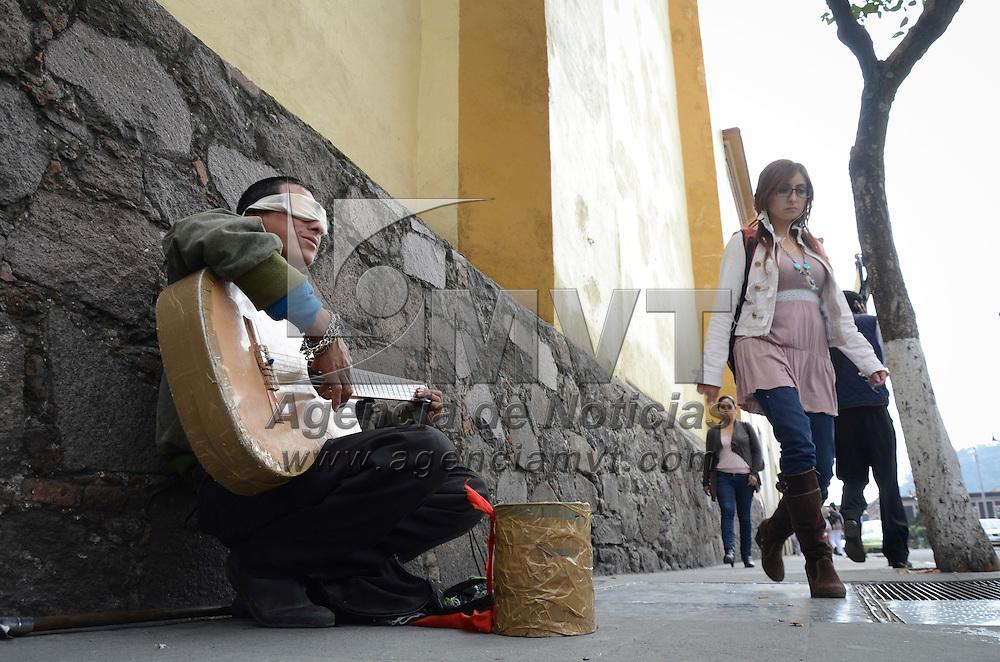 Toluca, México.- Un hombre con problemas de ceguera se gana la vida tocando su guitarra por las calles del centro de la capital mexiquense. Agencia MVT / Arturo Hernández.