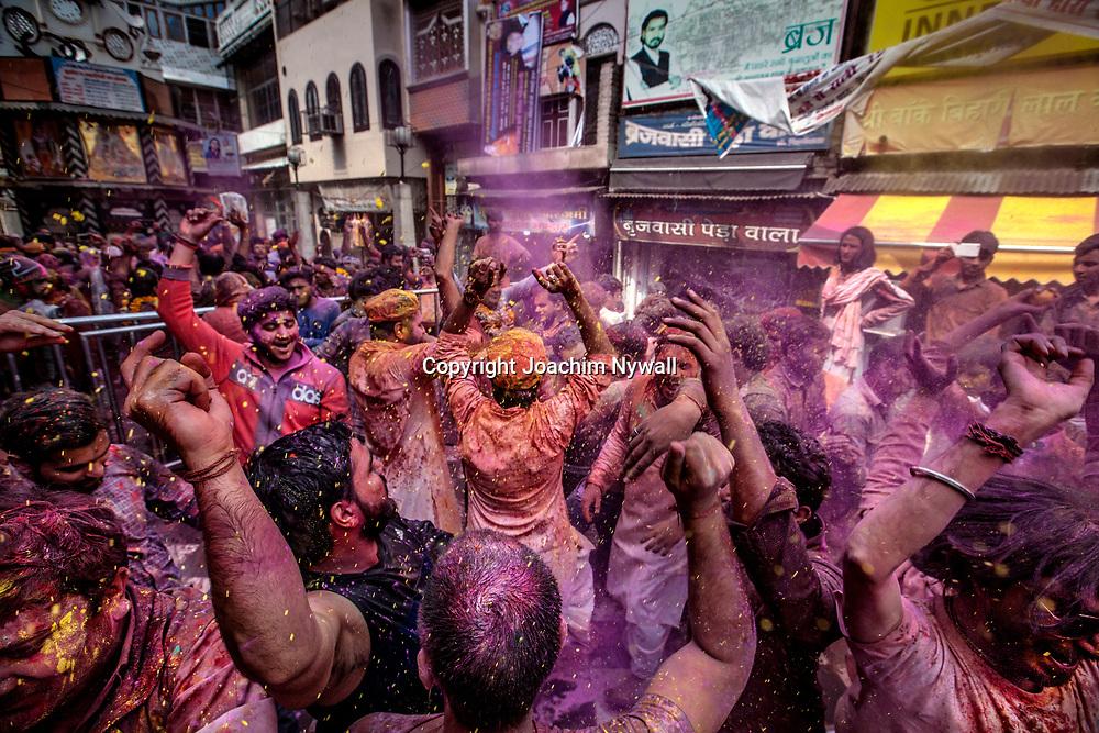 Vrindavan 2017 03 11 Indien<br /> Holi hinduernas v&aring;rfest eller f&auml;rgfest firas i Bankey Bihari Mandir i Vrindavan<br /> <br /> <br /> ----<br /> FOTO : JOACHIM NYWALL KOD 0708840825_1<br /> COPYRIGHT JOACHIM NYWALL<br /> <br /> ***BETALBILD***<br /> Redovisas till <br /> NYWALL MEDIA AB<br /> Strandgatan 30<br /> 461 31 Trollh&auml;ttan<br /> Prislista enl BLF , om inget annat avtalas.