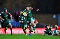 Freddie Burns of Leicester Tigers goes on the attack - Photo mandatory by-line: Patrick Khachfe/JMP - Mobile: 07966 386802 23/11/2014 - SPORT - RUGBY UNION - Oxford - Kassam Stadium - London Welsh v Leicester Tigers - Aviva Premiership