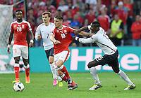 FUSSBALL EURO 2016 GRUPPE A IN LILLE Schweiz - Frankreich     19.06.2016 Paul Pogba (re, Frankreich) haelt Granit Xhaka (li, Schweiz) am Trikot fest