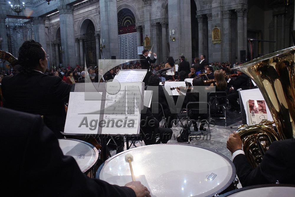 TOLUCA, Mexico.- Martha Hilda González Calderón, presidenta municipal y Antonio Muñoz Samayoa, presidente del patronato de la Orquesta Filarmónica de Toluca, presenciaron el concierto en la catedral de la capital mexiquense, donde interpretaron famosas melodías, acompañada de los vocalistas de Toluca y del coro de niños, al celebro un aniversario más. Agencia MVT. José Hernández.  (DIGITAL)