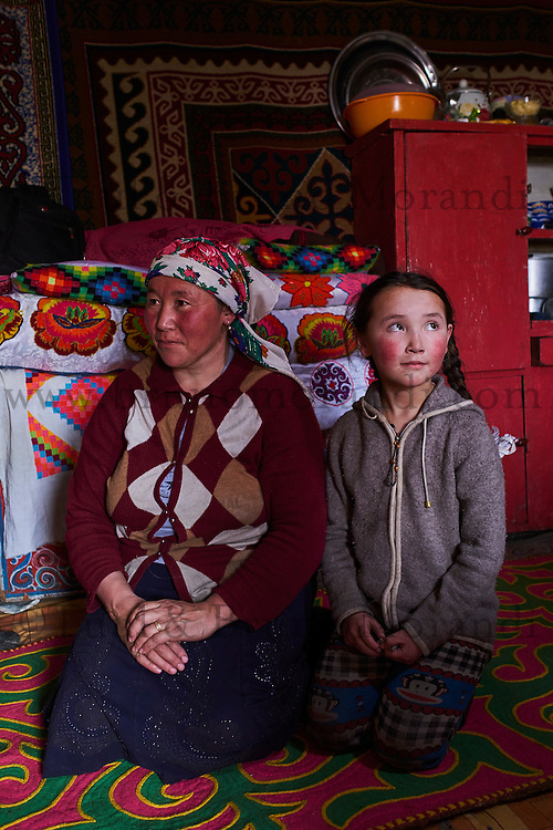 Mongolie, province de Bayan-Olgii, paysage en hiver, famille kazakhe, jeune fille et sa mere // Mongolia, Bayan-Olgii province, landscape in winter, Kazakh family, Kazakh young girl with her mother