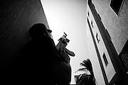 TRIPOLI. UN RIBELLE ARMATO CON UN FUCILE AK-47 NEL CORSO DI UN OPERAZIONE DI RASTRELLAMENTO ALL'INTERNO DI UN ABITAZIONE NEL CENTRO DI TRIPOLI;