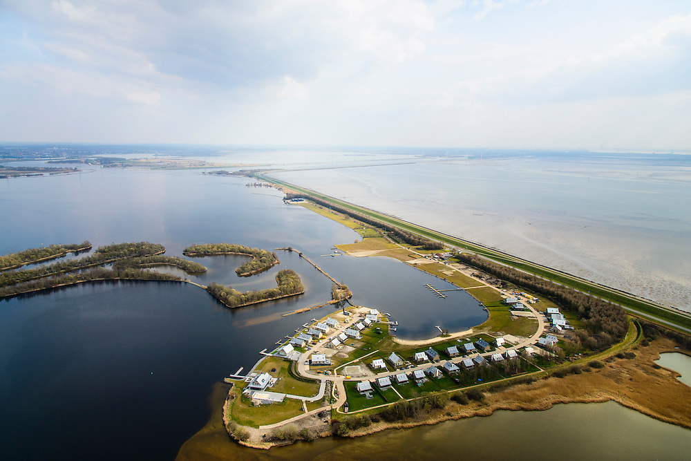 Nederland, Zeeland, Gemeente Tholen, 01-04-2016; Oesterdam met rechts de Oosterschelde en links het Bergsche Diep overgaand in het Zoommeer (in de achtergrond). Op de Speelmansplaten  villapark Waterrijk Oesterdam.<br /> <br /> Oesterdam, division between salt and sweet water, part of the Delta Works.<br /> <br /> luchtfoto (toeslag op standard tarieven);<br /> aerial photo (additional fee required);<br /> copyright foto/photo Siebe Swart