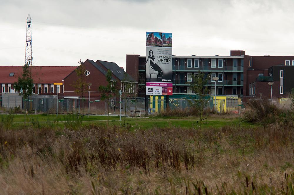 Nederland, Rosmalen, 20121013..Borden voor verkoop nieuwbouw project. .Bij Rosmalen, gemeente Den Bosch wordt een nieuwe stad gebouwd, De Groote Wielen. In de nieuwe wijk worden 6500 woningen gebouwd. Het landschap verandert van een polderlandschap met agrarische bestemming in een stadslandschap..De rafelranden van een nieuwe stad...Netherlands, Rosmalen, 20121013..Signs for sale building project..Near Rosmalen a new town is being build,  De Groote Wielen. In the new district 6,500 homes are built. The landscape changes from a polder landscape with agricultural destination in a city landscape..The fringes of a new city.