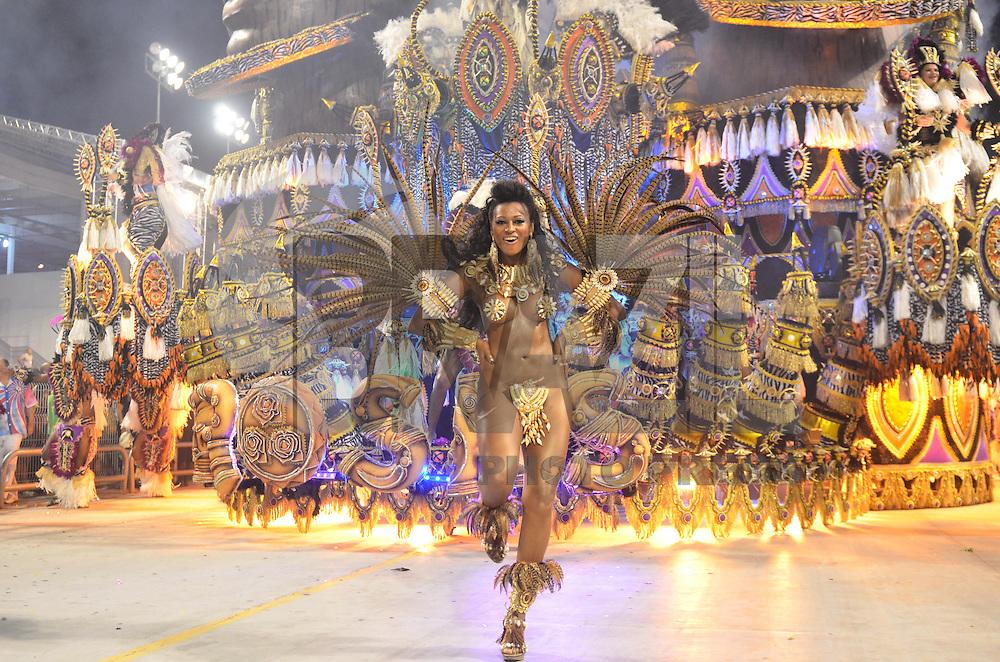 SAO PAULO, SP, 16 DE FEVEREIRO 2013 - CARNAVAL SP - DESFILE DAS CAMPEÃS  - Integrantes da escola de samba Rosas de Ouro: Vice-campeã do Grupo Especial, durante desfile das campeãs  no Sambódromo do Anhembi na região norte da capital paulista, na madrugada deste sábado, 16. FOTO: LEVI BIANCO - BRAZIL PHOTO PRESS
