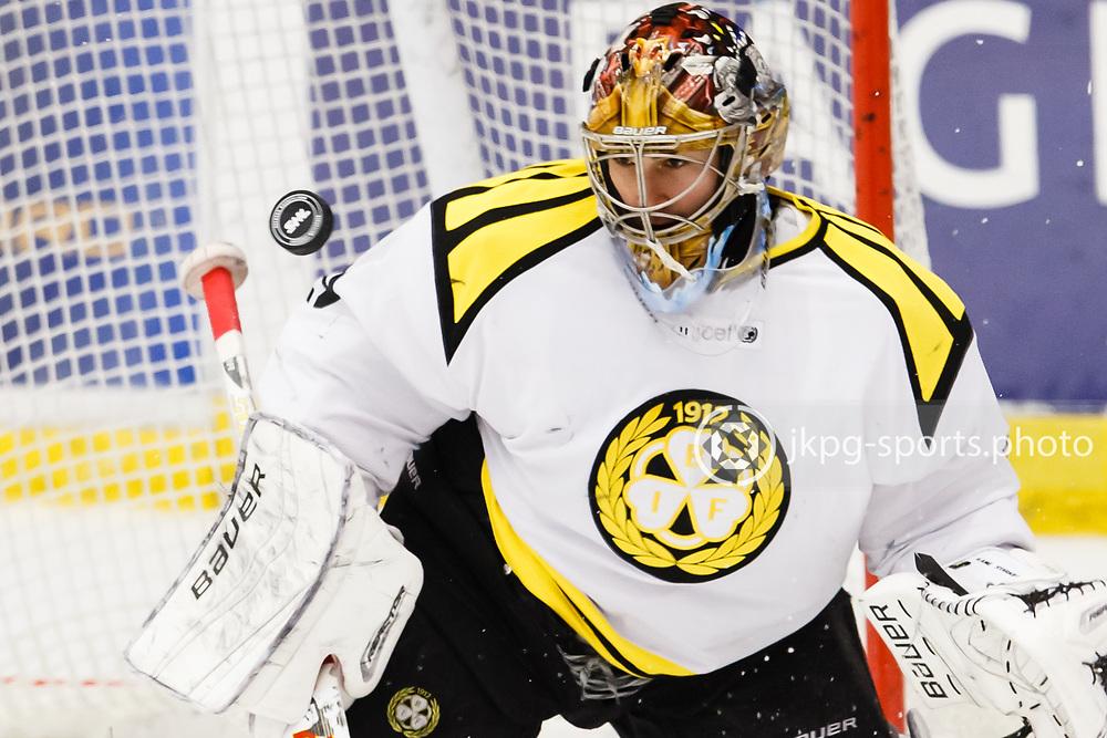 151228 Ishockey, SHL, HV71 - Bryn&auml;s<br /> M&aring;lvakt, (29) Bernhard Starkbaum, Bryn&auml;s IF fokuserad p&aring; pucken.<br /> &copy; Daniel Malmberg/IBL-AOP
