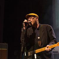 Thomas Schwebel, Gruendungsmitglied der Gruppe Fehlfarben, bei einem Konzert in der Berliner Volksbuehne am 27. Juni 2017.