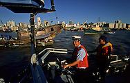 Maritime police with a Portuguese officer patrolling on the  - Pearl river -  the border with China. Macau  ///  Macao; un officier portugais de la police maritime et fiscale,  patrouillant sur la rivière des perles qui sépare la colonie portugaise de la Chine.  /// R211/10    L3104  /  R00211  /  P0006583