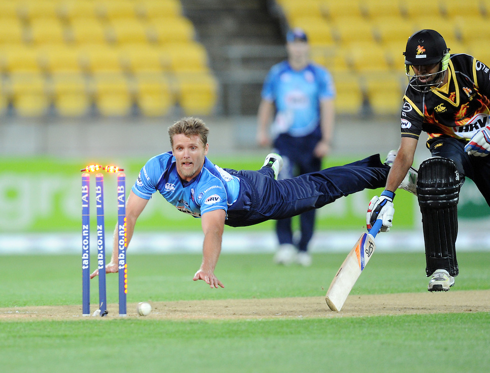 Auckland Aces Michael Bates attempts to run out Wellington Firebirds Jeetan Patel in the HRV T20 cricket match at Westpac Stadium, Wellington, New Zealand, Saturday, November 23, 2013. Credit:SNPA / Ross Setford