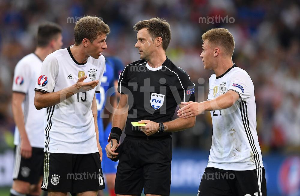 FUSSBALL EURO 2016 HALBFINALE IN MARSEILLE  Deutschland - Frankreich                 07.07.2016 Thomas Mueller (li) und Joshua Kimmich (re, beide Deutschland) reklamieren bei Schiedsrichter Nicola Rizzoli