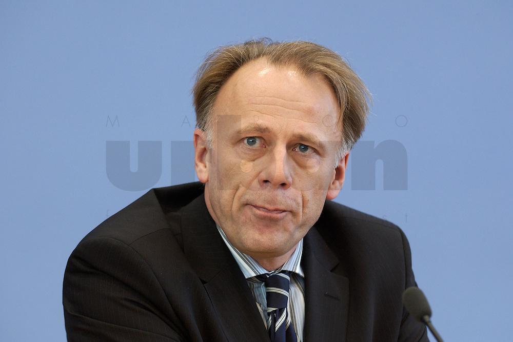31 MAR 2004, BERLIN/GERMANY:<br /> Juergen Trittin, B90/Gruene, Bundesumweltminister, waehrend einer Pressekonferenz zum Kabinettsbeschuss zum Emissionshandel, Bundespressekonferenz<br /> IMAGE: 20040331-01-006<br /> KEYWORDS: J&uuml;rgen Trittin, BPK