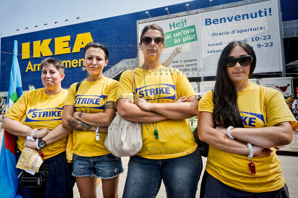 Roma 11 luglio 2015<br /> Sciopero nazionale dei dipendenti  IKEA, di tutti i 21 negozi in Italia, è il  primo sciopero nazionale  organizzato dai lavoratori della multinazionale svedese dell'arredamento. I manifestanti lamentano tagli in busta paga e tagli sulla retribuzione nei giorni festivi. I lavoratori Ikea Anagnina<br /> Rome 11 July 2015<br /> National strike of the employees 'IKEA, of  all 21 stores in Italy, is the first national strike organized by the workers of the multinational Swedish furniture. Protesters complain about cuts in payroll and wage cuts on public holidays. Workers Ikea Anagnina