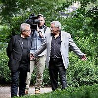 """Nederland, Amsterdam , 10 juni 2014.<br /> Het Holocaust Namenmonument van architect Daniel Libeskind komt toch in het Wertheimpark te staan. Dat besloot het stadsdeel deze week. Dit ondanks protest van buurtbewoners en Karina Wolkers, die in Het Parool liet weten """"woest"""" te zijn. Het park zou te klein zijn voor nóg een groot monument en het Spiegelmonument van Jan Wolkers zou erdoor in de verdrukking komen.<br /> Op de foto: Architect Daniel Libeskind in discussie met Jacques Grishaver is voorzitter van het Nederlands Auschwitz Comité<br />  Daniel Libeskind and Jaques Grishaver (chairman of the Dutch Auschwitz Committee) in the Wertheimpark."""
