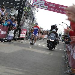 Groningen-Eelde Airport wielrennen, De derde etappe van de Energiewachttour 2014 werd verreden rond Uithuizen. Lucinda Brand soleert maar de winst en wordt de nieuwe leidster