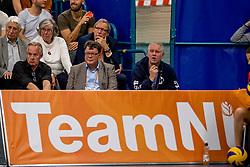 12-05-2017 NED: Nederland - Tsjechië, Amstelveen<br /> De Nederlandse volleybal mannen spelen hun eerste oefeninterland in de Emergohal in Amstelveen tegen Tsjechië. Deze wedstrijd staat in het teken van de verplaatsing van het Bankrasmomument. Nederland speelde daarom in speciale oude Nederlandse shirts uit 1992 / Team NL boarding, Joop Alberda