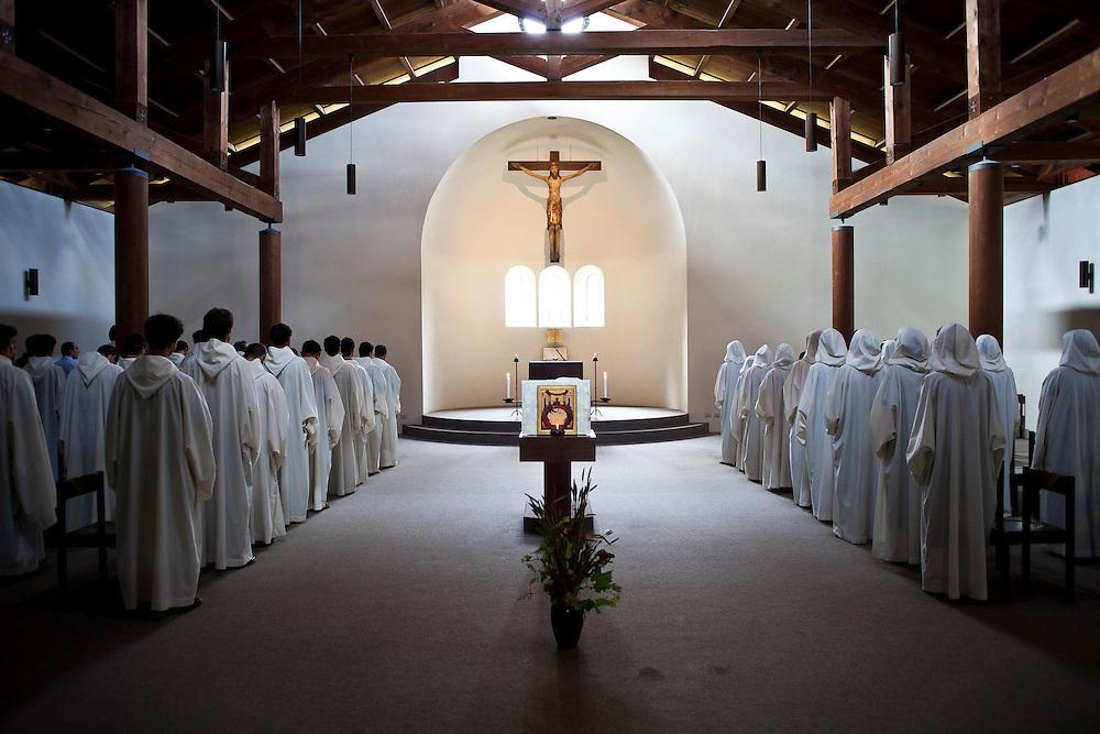 Preghiera nella chiesa della comunità di Bose. - Prayer in the church's community of Bose.