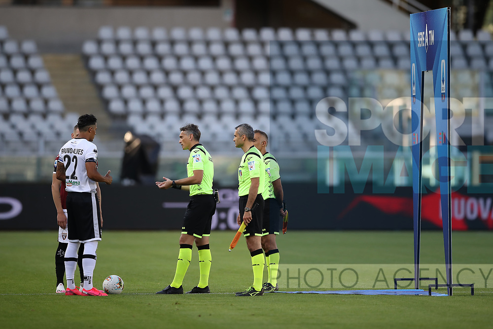 The referee Massimiliano Irrati flips the coin in front of the captains during the Serie A match at Stadio Grande Torino, Turin. Picture date: 20th June 2020. Picture credit should read: Jonathan Moscrop/Sportimage