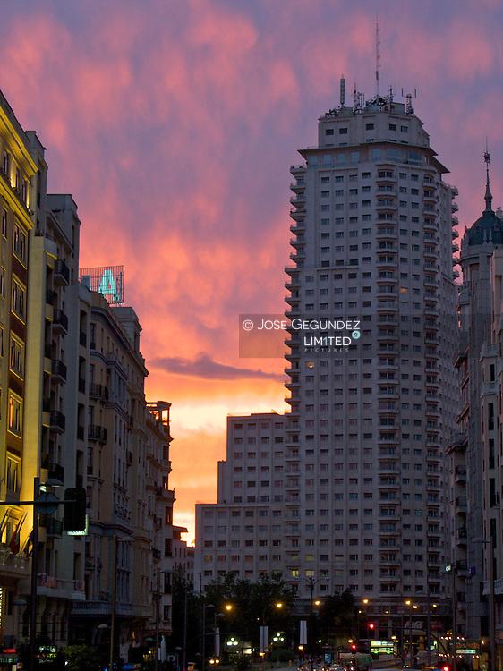 Plaza de España y Gran Via con el edificio Torre de Madrid al fondo al atardecer