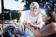 Belo Horizonte_MG, 17 de fevereiro de 2011. .PEGN / Mulheres Empreendedoras..Documentacao do Projeto 10.000 Mulheres do Banco Goldman Sachs teve inicio em 2008 e preve, em 5 anos, investir U$ 100 milhoes na formacao de mulheres empreendedoras de paises em desenvolvimento. No Brasil, a Fundacao Dom Cabral e a responsavel pelo projeto e, 500 mulheres, donas de micro e pequenos negocios foram escolhidas para o programa de gestao empresarial e estruturacao de um plano de negocios. A documentacao fotografica e feita com 5 mulheres que participa do curso em Belo Horizonte...Na foto, Leticia Alvim Guimaraes, da Tacomtudo. Barraca de comida mexicana na feira da avenida Atlantida no bairro Castelo, durante entrevista...Contato:.tacomtudobh@hotmail.com.letsag@hotmail.com..Foto: NIDIN SANCHES / NITRO