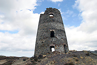 Summit Windmill at Parys Mountain (Mynydd Trysglwyn) copper mine, Anglesey Wales. First mined in the  Bronze Age extraction was at its peak in the 18th & 19th centuries. ....