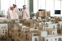 08 APR 2013, DOHA/QATAR<br /> Im traditionellen arabischen Dischdascha oder Thawb gekleidete Maenner zwischen Modellen fuer Urbanisierungs-Projekte, in den Raeumen der Qatari Diar Real Estate Investment Company<br /> IMAGE: 20130408-01-016<br /> KEYWORDS: Katar, Retortenstadt, Planstadt