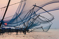 Inde, Etat du Kerala, Kochi ou Cochin, Fort Cochin le centre historique, carrelets chinois // India, Kerala State, Fort cochin or Kochi, Chinese fishing nets