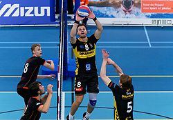 26-10-2019 NED: Talentteam Papendal - Draisma Dynamo, Ede<br /> Round 4 of Eredivisie volleyball - Freek de Weijer #8 of Dynamo, Yannick Bak #8 of Talent Team