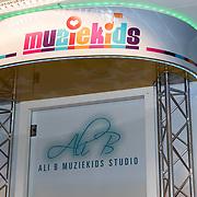 NLD/Almere/20170628 - Opening Ali B. muziek Kids Studio in Almere, toegangsdeur en logo