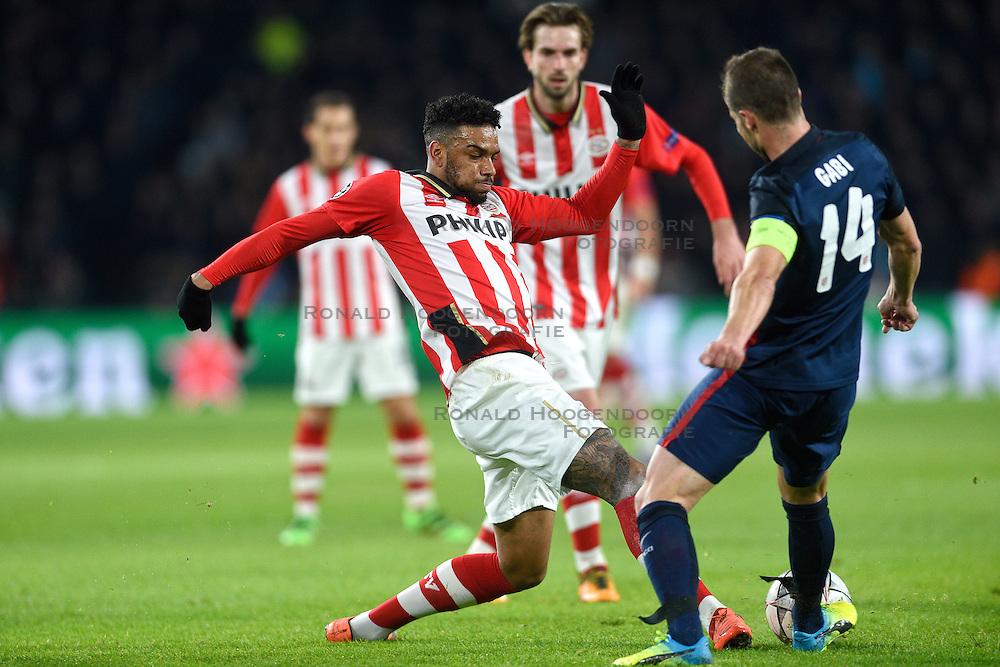 24-02-2016 NED: Champions League PSV - Atletico Madrid, Eindhoven<br /> Jurgen Locadia #19 in duel met Gabi #14