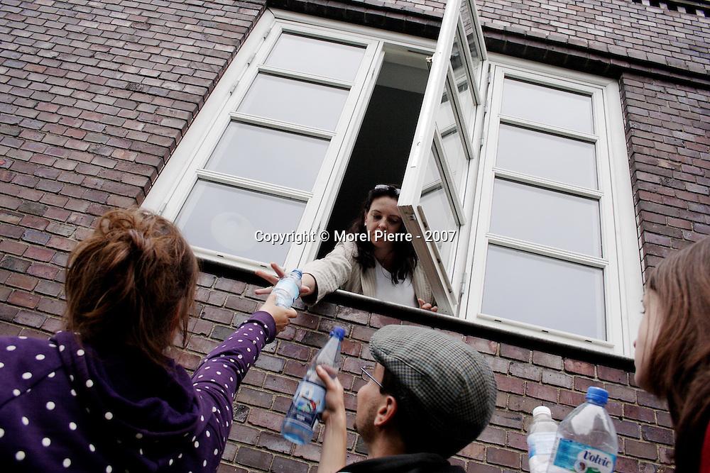 4 Juin - Rostock : Une habitante se propose de remplir toutes les bouteilles d'eau des manifestants. Elle le fera pendant plusieurs dizaines de minutes.