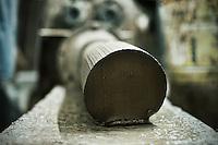 """Le matasse di argilla fresca vengono lavorate da un apposito macchinario che li trasforma in """"tocchetti"""" da modellare sul tornio"""