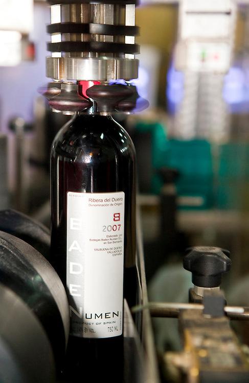 Bottling and labeling process of a Ribera del Duero bottle of wine (Spain).<br /> <br /> Proceso de embotellado y eqtiquetado de una botella de vino en una bodega de Ribera del Duero (Espa&ntilde;a).