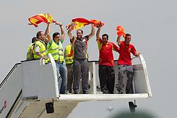 12.07.2010, Flughafen, ESP, FIFA WM 2010, Landung Spanien in Madrid, im Bild Spaniens Mannschaft landet am Flughafen in Madrid, der WM Pokal kommt im Land des Weltmeisters an, das Flughafen Personal feiert die Mannschaft, EXPA Pictures © 2010, PhotoCredit: EXPA/ Alterphotos/ Acero / SPORTIDA PHOTO AGENCY