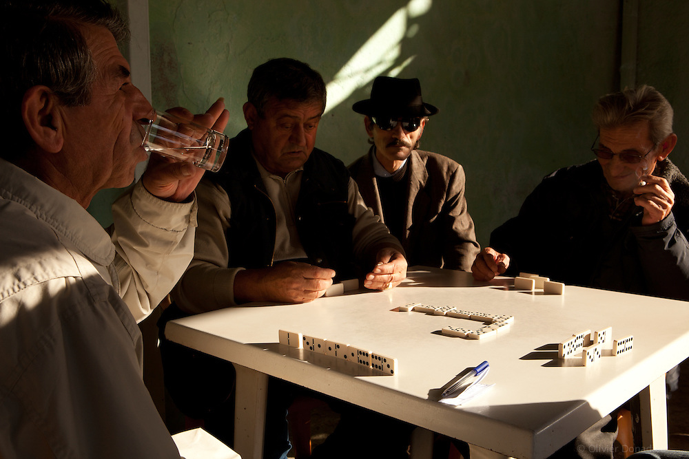 Dominoes players, Albania. Joueurs de dominos, Albanie.