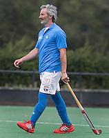 BLOEMENDAAL - Bloemendaal coach Russell Garcia speelde ook mee. Oud internationals Eby Kessing, Ronald Brouwer en Nick Meijer, alle spelers van Bloemendaal, namen afscheid met een afscheidsdrieluik. COPYRIGHT KOEN SUYK