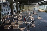 Notunterkunft für Flüchtlinge im ehemaligen Flughafen Berlin Tempelhof. Helfer von Bundewehr und Berliner Feuerwehr bauen gemeinsam mit rund 60 Freiwilligen in einem Hanger des früheren Flughafengebäudes Stockbetten auf.