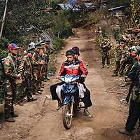 HSSU 20150409 TNLA kapinallisryhmä Shanin osavaltiossa, Myanmar. TNLA sotilaat antavat tietä kiinalaisille viljelijöille. Kuva: Benjamin Suomela