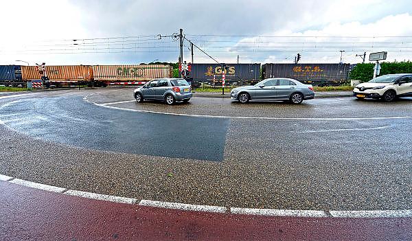 Nederland, Venlo, 20-5-2015Hoek over de spoorwegovergang bij de Vierpaardjes en de Broekestraat die een groot deel van de dag gesloten is vanwege het drukke treinverkeer.Een rijdende, goederentrein passeert. Per uur passeren veel goederentreinen naar Duitsland deze spoorovergang.FOTO: FLIP FRANSSEN/ HOLLANDSE HOOGTE
