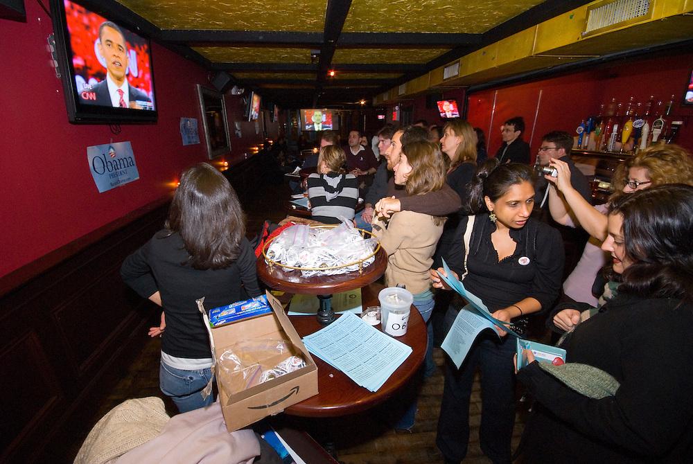 New York  Manhattan Barack Obama beim Kandidatengespraech im Fernsehen in einer Sportsbar in Manhattan.. Clinton / Obama Kandidatenwahl der Demokraten in den USA.New York Primary 2008