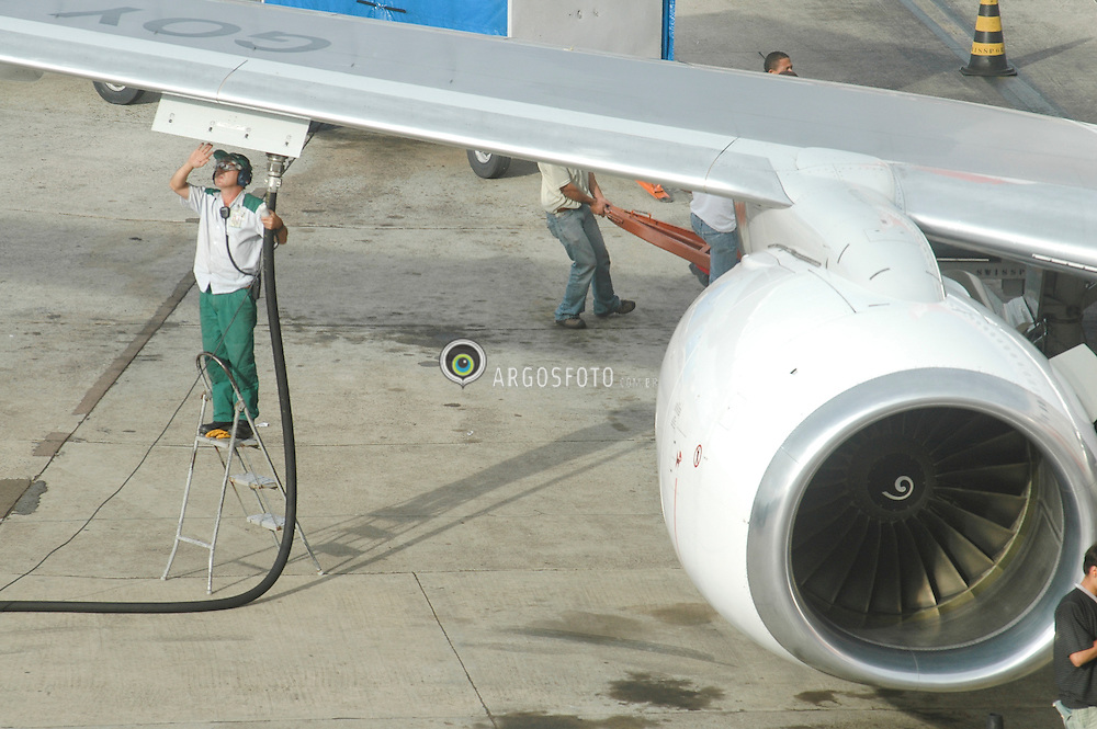 Abastecimento de combustivel de aviao no aeroporto Juscelino Kubitschek./ Supply of plane fuel at the airport Juscelino Kubitschek. Brasilia, DF, Brasil - 2006
