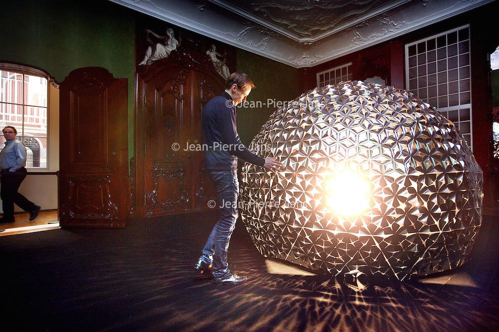 Nederland, Amsterdam , 5 februari 2014.<br /> Kunstenaar Daan Roosegaarde bij zijn kunstwerk Lotus Dome in het rijksmuseum<br /> Foto:Jean-Pierre Jans