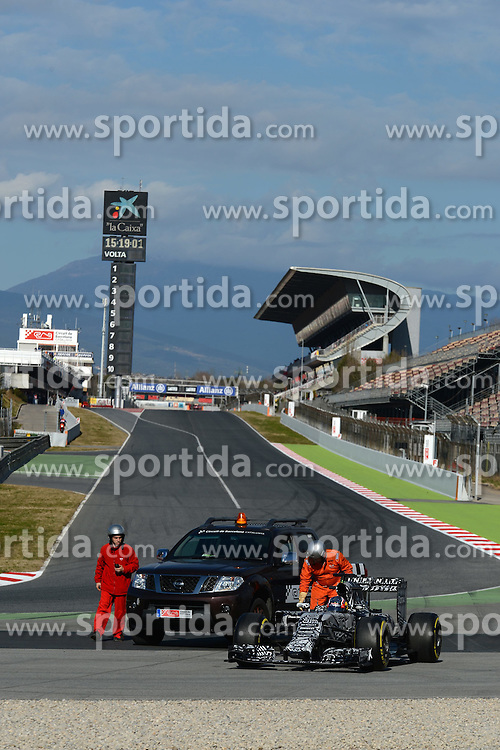 27.02.2015, Circuit de Catalunya, Barcelona, ESP, FIA, Formel 1, Testfahrten, Barcelona, Tag 2, im Bild Daniil Kvyat (RUS) Red Bull Racing RB11 stops on track and is recovered // during the Formula One Testdrives, day two at the Circuit de Catalunya in Barcelona, Spain on 2015/02/27. EXPA Pictures &copy; 2015, PhotoCredit: EXPA/ Sutton Images/ Patrik Lundin Images<br /> <br /> *****ATTENTION - for AUT, SLO, CRO, SRB, BIH, MAZ only*****