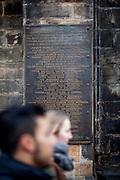 Gedenktafel vor dem Torso des nördlichen Flügels vom Altstädter Rathaus dort findet man auch im Pflaster 27 weiße Kreuze. Diese erinnern auf die Hinrichtung der Anführer des Aufstandes gegen Habsburger, die den zweiten Prager Fenstersturz 1618 organisiert haben. Es wurden 28 Männer zum Tode verurteilt, aber nur 27 auf dem Altstädter Ring geköpft.