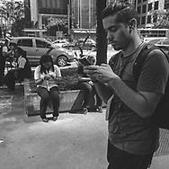 São Paulo, Brasil - 01 de setembro de 2015: Pessoas usam o celular na avenida Paulista.   Foto: CAIO GUATELLI